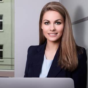 Größe vom Bewerbungsfoto: Business-Frau vor Computer