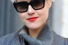 Festliche Frisuren: Frau mit Sonnenbrille
