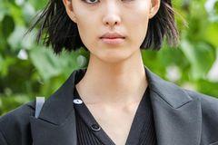 Festliche Frisuren: Frau auf der Strasse