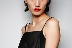 Festliche Frisuren: Frau blickt in Kamera