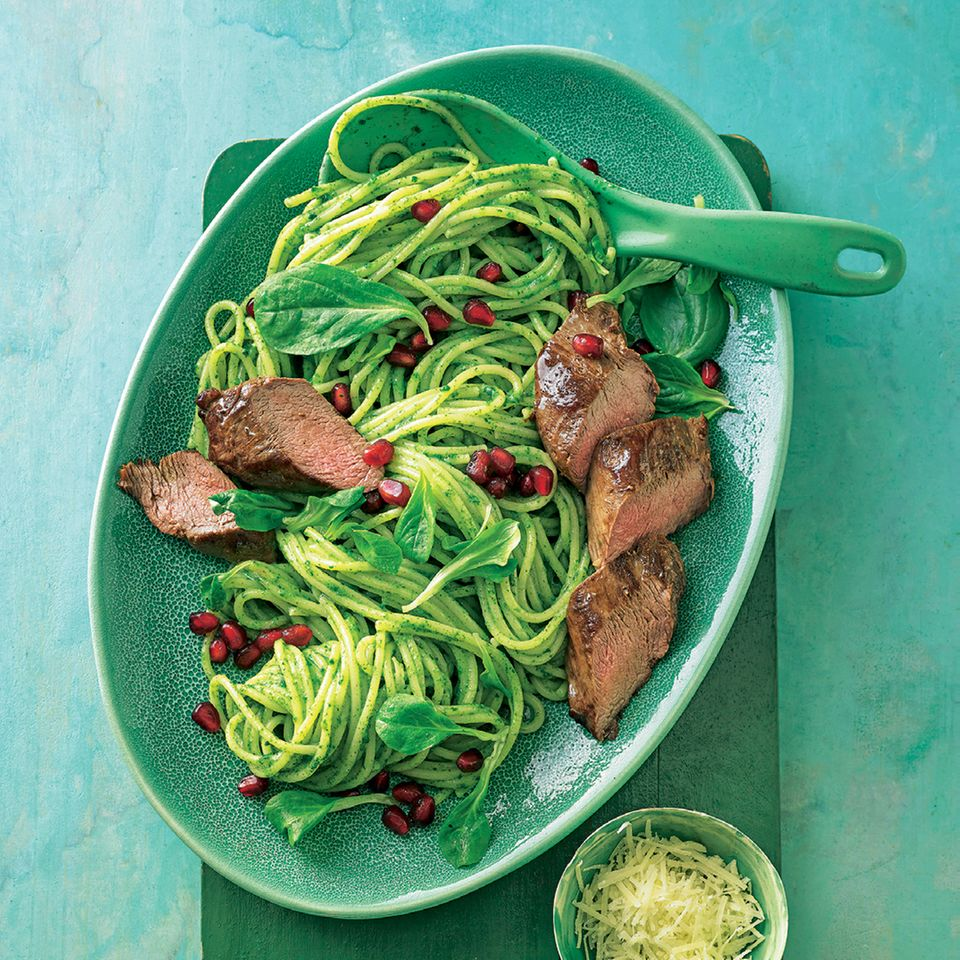 Spaghetti-Feldsalat-Carbonara mit Lammfilet