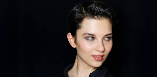 Festliche Frisuren: Frau blickt seitlich