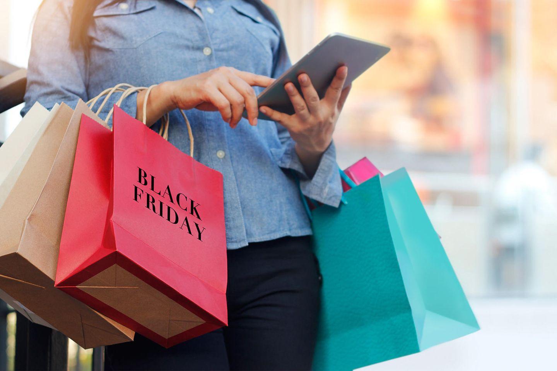 Black Friday 2019: Frau mit diversen Einkaufstüten