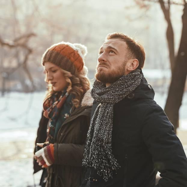 Unglückliche Beziehung: Ein unglückliches Pärchen im Winter