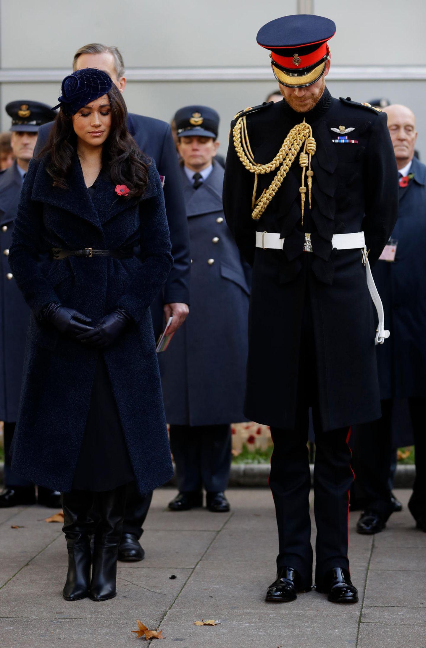 Zu den Feierlichkeiten im Rahmen des Remembrance Days in der Londoner Westminster Abbey entschied sich Herzogin Meghan für einen eleganten Look in Dunkelblau. Besonderer Hingucker ist der de weiche Teddymantel von Sentaler, der mit einem schmalen Ledergürtel auf Figur gebunden wird.