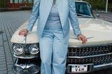 90er Moderatorinnen: Andrea Kiewel sitzt auf einem Auto
