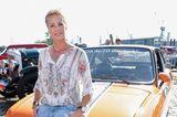 90er Moderatorinnen: Sonja Zietlow sitzt auf einem Auto