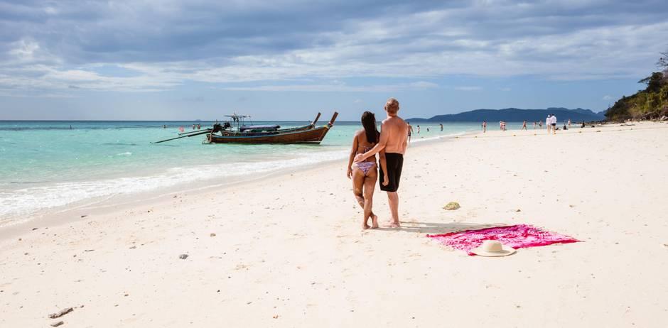 Sextourismus in Thailand - wenn Papa eine Thailänderin heiraten will: Paar am Strand