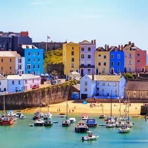 Urlaub in Wales - Tipps für Rundreisen: Küstenstadt mit bunten Häusern