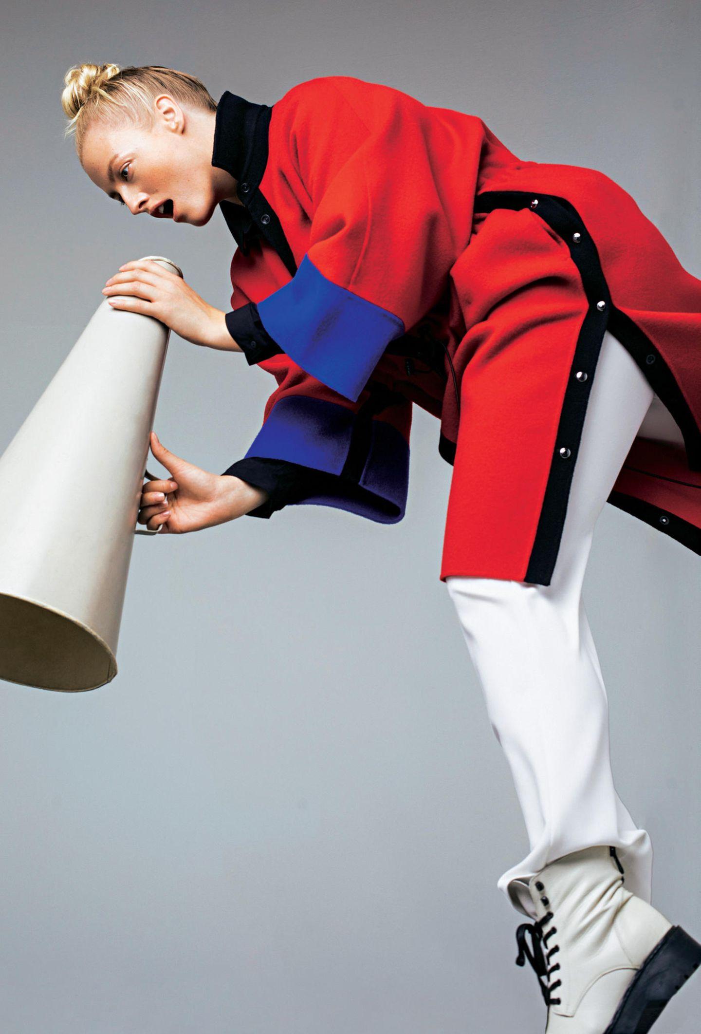 Knallige Farben für den Winter 2019: Sportlich & dynamisch: Roter Mantel