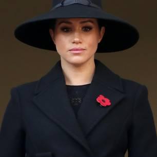 Ganz in Schwarz trat Herzogin Meghan am Remembrance Day in London auf den Palast-Balkon, um Schwiegervater Prinz Charles, Schwager Prinz William und Ehemann Prinz Harry dabei zuzusehen, wie sie Kränze in Gedenken an die Kriegsopfer niederlegten. Für den Auftritt wählte die Royal einen schwarzen Wollmantel mit Gürtel von Stella McCartney und einen Hut mit extra breiter Krempe.Ein sehr zurückgenommener Look, der dennoch beweist, dass Meghan echtes Stilgespür hat.