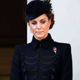 Wow, was für ein Look! Am Remembrance Day trat Kate in einem schwarzen Mantel-Kleid von ihrem Lieblingslabel Alexander McQueen auf den Palast-Balkon. Das Dress im Military-Stil betonte die zarte Figur der Herzogin und sorgte zugleich für einen stylischen Auftritt. Dazu kombinierte Kate einen ebenfalls schwarzen Fascinator mit kurzem Netzschleier.  Doch es war vor allem ein Detail,das zum Hingucker wurde. Die zarte Mohnblumen-Brosche, die Kate trägt, wurde dieses Jahr herausgebracht alsSymbol für all diejenigen, diewährend des zweiten Weltkrieges inBletchley Park in London gearbeitet haben und dort versuchten, die Nazi-Codes zu entschlüsseln. Für die Herzogin eine ganz besondere Herzensangelegenheit, denn auch ihre Großmutter, Valerie Glassborow, arbeitete dort. Was für eine rührende Hommage an ihre eigene Familie!