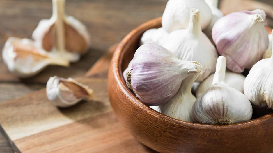 Eine Knoblauchzehe unter dem Kissen ist gut für die Gesundheit