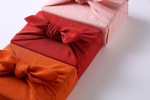 Furoshiki - drei Geschenke nebeneinander