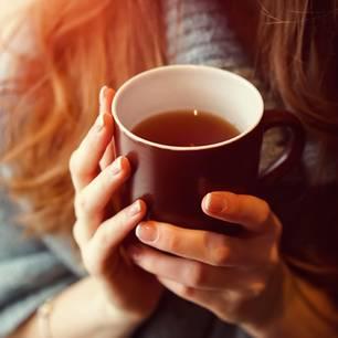 Tee trinken: Frau hält Teetasse