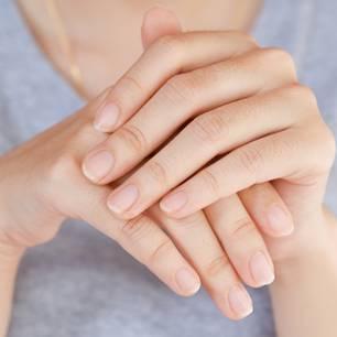 Längsrillen bei Fingernägeln: Frauenhände