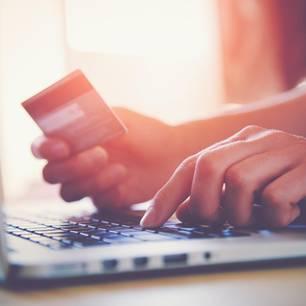 Cyber Monday 2019: Online-Shopping vor dem Computer