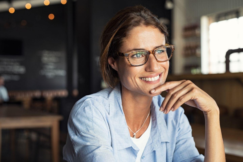 Braindump: Frau mit Brille sitzt in Cafe