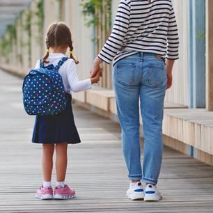 Das bedeutet die Einschulung für Mütter: Mutter mit Kind