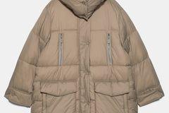 beigefarbene oversized Daunen-Jacke