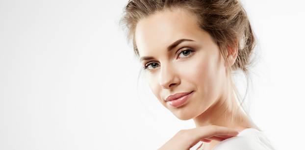 Natürlich schminken: Junge Frau lächelt
