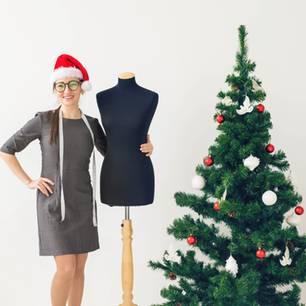 Geschenke nähen - Frau steht neben Schneiderpuppe und Weihnachtsbaum