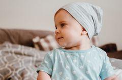 Geschenke nähen: Baby mit Jersey-Mütze