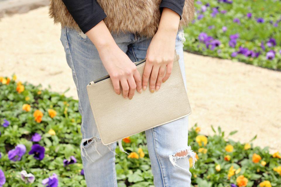 Geschenke nähen: Frau hält Clutch in der Hand