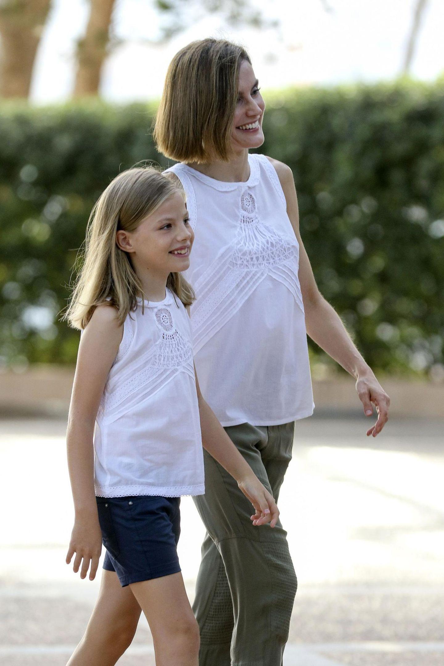 Stars im Partnerlook: Königin Letizia mit Tochter unterwegs