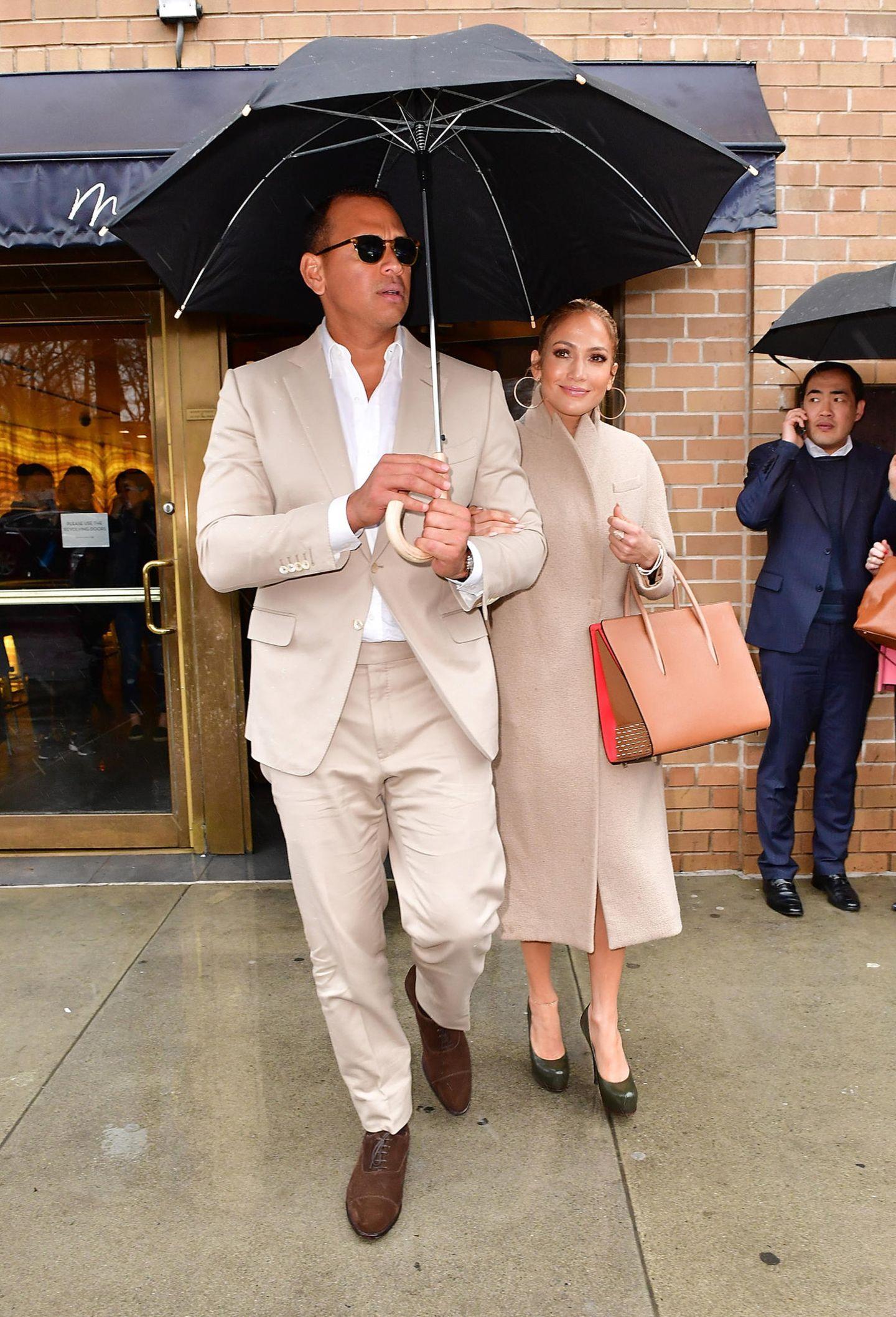 Stars im Partnerlook: Jennifer Lopez mit Alex Rodriguez unterm Regenschirm