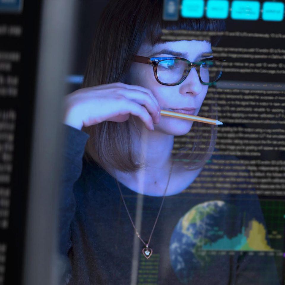 Aktien für Anfänger: Sorgen & Potentiale: Frau vor Daten