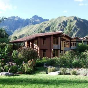 Wllka T'ika ist ein luxuriöses Garten-Retreat inPerus Heiligem Tal zwischen Cusco und Aguas Calientes (Machu Picchu). Das Anwesen wurde in Harmonie mit seiner natürlichen Umgebung von der Eigentümerin zusammen mit Einheimschen erbaut, die heute noch dort arbeiten. Die meisten Zutaten der vegetarischen Gourmet-Küche wachsen in den umliegenden Gärten, die auch für Yoga und Meditation genutzt werden können (DZ ab 170 Euro).      Yoga- und Meditation-Studios  Willka T'ika verfügt über zwei Hallen für Yoga und Meditation. Die Studios sind vom Sonnenlicht durchflutet und können bis zu 55 Menschen aufnehmen. O  Aktivitäten  Die umgebenden Berge bieten sehr gute Möglichkeiten zum Wandern, Reiten, River Rafting, kulturellen Unternehmungen und vielem mehr. Zahlreiche spirituelle Plätze der Inkas befinden sich in der Umgebung von Willka T'ika und machen den Ort zu einem perfekten Ausgangspunkt, um das Heilige Tal zu besuchen.