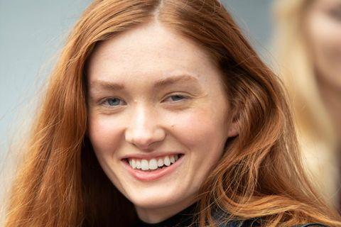 Dickere Haare bekommen: Rothaarige Frau in Jeansjacke