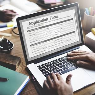 Online-Bewerbung: Mann schreibt Bewerbung am PC