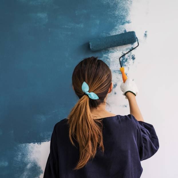 Farbpsychologie: Frau streicht neue Wandfarbe