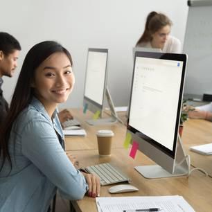 Bewerbung für ein Praktikum: Junge Praktikanten am PC