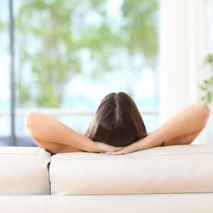 JOMO: Rückansicht einer Frau auf der Couch