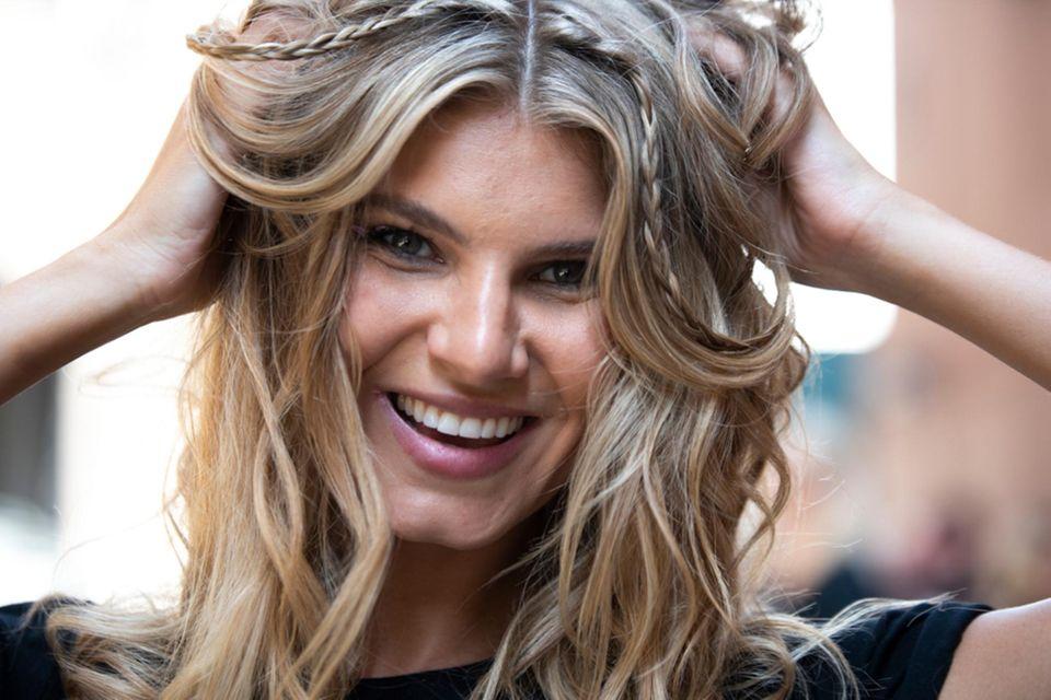 Dickere Haare bekommen: Frau greift sich in ihrer Haare