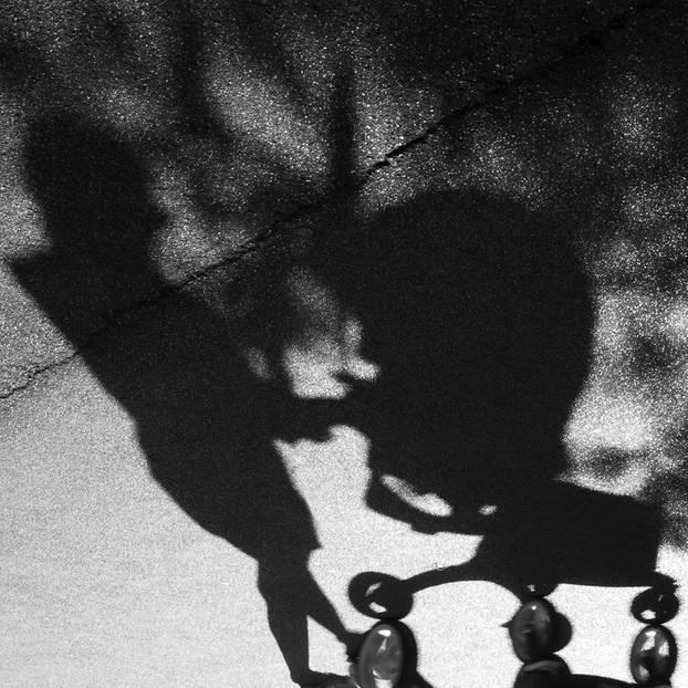 Reddit: Schatten von Mutter und Kinderwagen