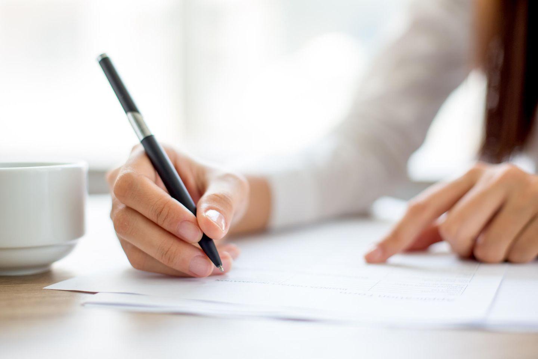 Passende Schriftart in der Bewerbung: Frau schreibt Brief