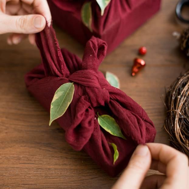 Alternativen zu Geschenkpapier: Geschenke in roter Stoffverpackung