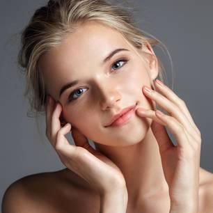 Große Poren verkleinern: natürlich geschminkte Frau
