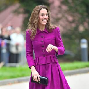 Herzogin Kate im lila Rockanzug unterwegs