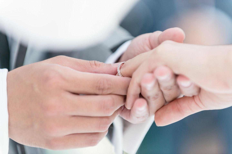 Dieses Paar heiratet in T-Shirts und Jeans, um seinen Gästen eine Lektion zu erteilen