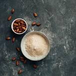 Mandelmehl selber machen: Schale mit Mandelmehl und Schale mit Mandeln