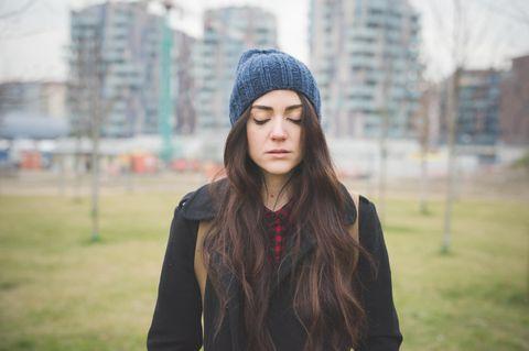 Blinder-Fleck-Effekt: Niedergeschlagene Frau mit geschlossenen Augen