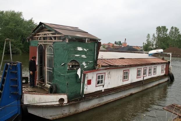 Wohnungsmangel: Familie findet keine Wohnung und baut Hausboot