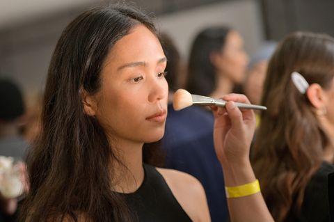 Make-up für trockene Haut: Model wird geschminkt.