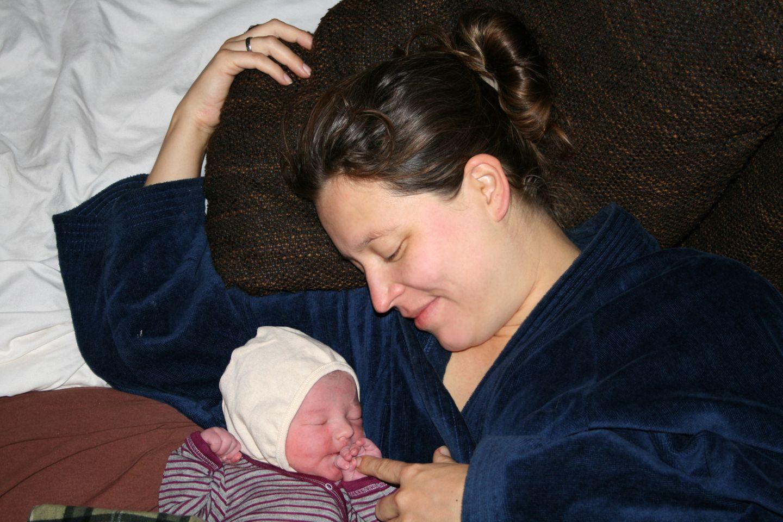 Hausgeburt auf einem Hausboot: Jill Grigoleit und ihre Tochter Morlin kurz nach der Geburt