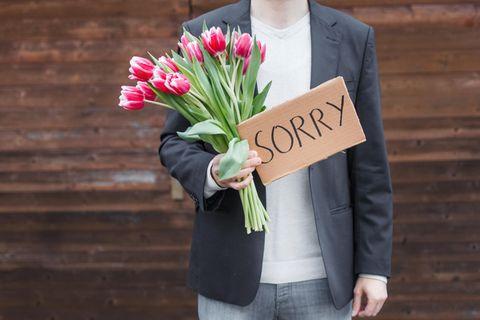 Schlechte Entschuldigung: Mann mit Blumen